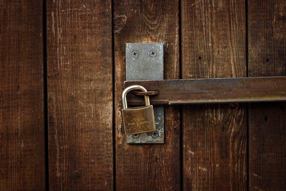 drzwi zamknięte na kłódkę